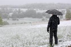 Zima je zpět, krajina je pokryta sněhem.
