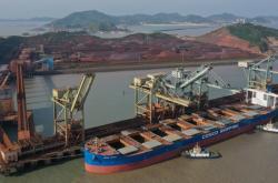 Nákladní loď COSCO v čínském přístavu