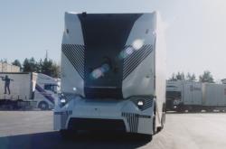 Švédský start-up Einride začal testovat elektrický kamion bez kabiny a řidiče
