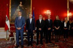 Vicekancléř Löger a ministři Ratz, Pöltner, Luif, Hacklová a Bognerová-Straussová