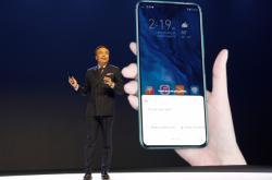Jeden z manažerů Huawei George Zhao na prezentaci v Londýně