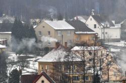 Kouř z komínů rodinných domů v Háji ve Slezsku
