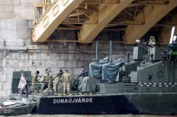 Vojenská loď u Markétina mostu v Budapešti, kde skončil vrak výletní lodi