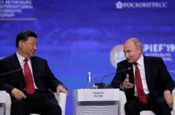 Čínský prezident Si Ťin-pching a ruský prezident Vladimir Putin na konferenci v Petrohradu (zleva)