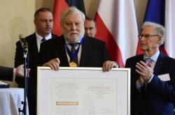 Peter Zajac přebírá cenu sv. Vojtěcha