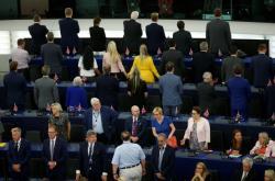 Europoslanci za Stranu pro brexit během evropské hymny