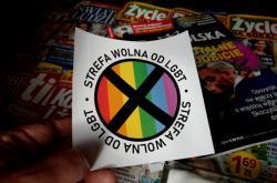Nálepka proti LGBT komunitě, kterou šíří polský časopis
