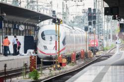 Na nádraží ve Frankfurtu srazil muž pod vlak ženu s dítětem