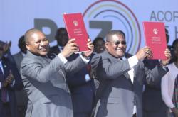 Opoziční lídr Ossufo Momade a prezident Filipe Nyusi s mírovou smlouvou