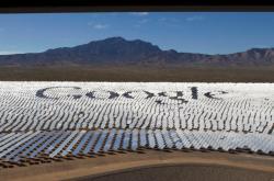 Logo společnosti Google na sluneční elektrárně