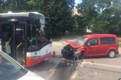 Nehoda autobusu a auta v Brně