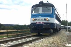 První vlak na opravené trati mezi Mariánskými lázněmi a Chodovou planou