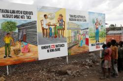 Děti v konžské Gomě studují naučné plakáty proti šíření eboly