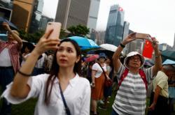 Hongkongem prošla v sobotu provládní demonstrace na podporu policie a Číny