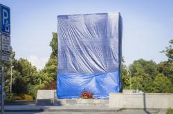 Zakrytá socha Koněva