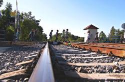Přes železniční trať v Bohuslavicích často míří i školáci