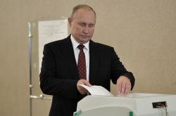 Vladimir Putin ve volební místnosti