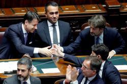 Premiér Giuseppe Conte přijímá gratulace poté, co představil program nové vlády