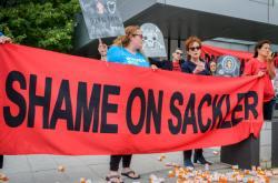 Demonstrace proti rodině Sacklerových