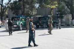 Příslušníci bezpečnostních složek na místě výbuchu v Kábulu