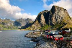 Pohled na vesnici Hamnøy u Reine na jihu souostroví Lofoty