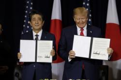 Abe a Trump (zleva) podepsali obchodní dohodu
