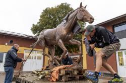 Peruán se vrací domů. Bronzová socha trojnásobného vítěze Velké pardubické ozdobí Zámrsk