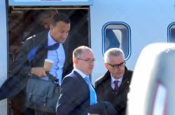 Irský premiér Leo Varadkar (vlevo) přilétl na jednání s Borisem Johnsonem