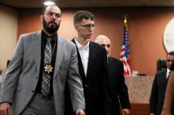 Jedenadvacetiletý Patrick Crusius (druhý zleva), obviněný ze zabití 22 lidí, odmítl vinu