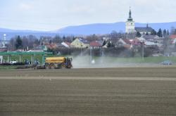 Hnojení pole u Velkého Týnce - Ilustrační foto