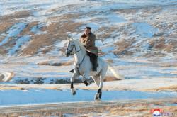 Kim Čong-un při výstupu na horu Pektu
