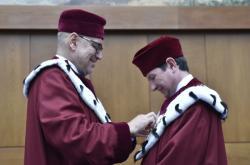 Mikuláš Bek předal Martinu Barešovi rektorský řetěz