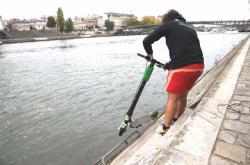 Vytahování koloběžky ze Seiny v Paříži