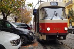 Neohleduplní řidiči blokují provoz tramvají v Praze