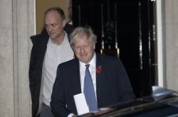 Britský premiér Boris Johnson se svým poradcem Dominikem Cummingsem