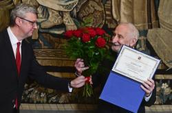 Václav Větvička přebírá ocenění od ministra průmyslu a obchodu Karla Havlíčka (za ANO)