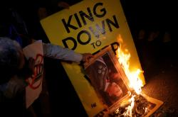 Demonstranti pálí podobiznu španělského krále Felipeho VI.