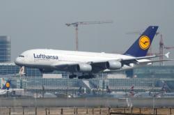 Letadlo Lufthansy Airbus A380 přistává na frankfurtském letišti