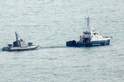 Ruská pobřežní stráž táhne zadrženou ukrajinskou vojenskou loď