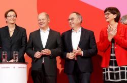 SPD nově povedou kritici vlády Walter-Borjans a Eskenová (první dva vpravo)
