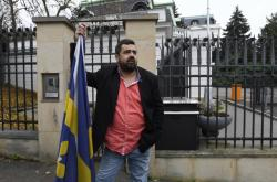 Pavel Novotný před ruskou ambasádou v Praze