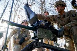 Američtí vojáci cvičí s granátometem MK19