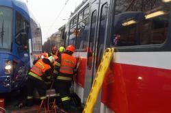 Nehoda tramvají a osobního vozu v Brně
