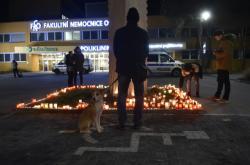 Pietní místo před nemocnicí v Ostravě