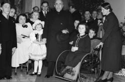 Státní prezident Emil Hácha na štědrovečerní návštěvě v Domě milosrdenství Vincentinum (24.12. 1939)