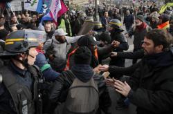 Skupina demonstrantů se v centru Paříže střetla s policií