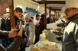 Nalévání polévky na Staroměstském náměstí