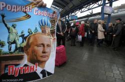 Vítání prvního vlaku z Ruska v okupovaném Simferopolu. Plakát nese nápis
