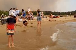 Lidé kvůli šířícímu požáru prchli na pláž