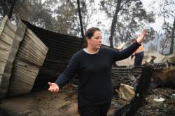 Australanka obhlíží svůj spálený pozemek